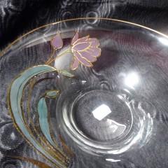 Glasschale mit einzelner Blume