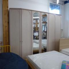 Schlafzimmerschrank aus hellem Holz