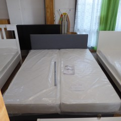 Graues Doppelbett