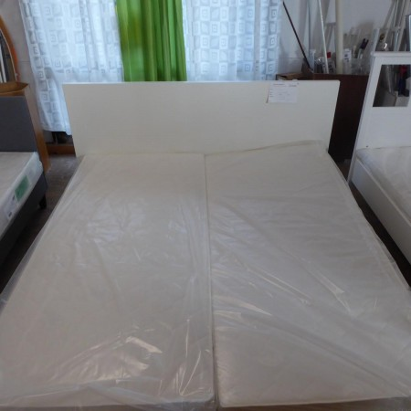 Weißes Doppelbett