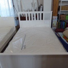 Weißes Einzelbett