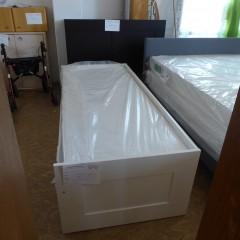 Weißes Holzbett
