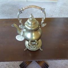 Teekanne aus Messing mit Stövchen