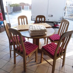 Tisch mit Stühle